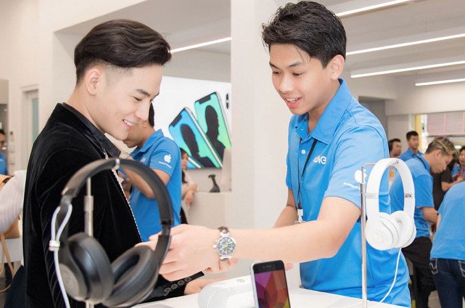 Chàng thiếu gia tư vấn cho ca sĩ Ali Hoàng Dương về các sản phẩm công nghệ. Hiếu Nguyễn đang du học ở Anh. Nhân kỳ nghỉ hè, anh về thăm gia đình và phụ giúp công việc cho bố mẹ.