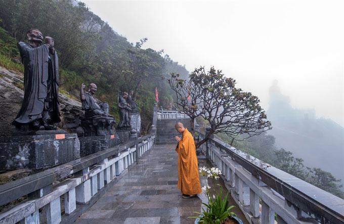 Bạn có thể cầu nguyện trước Đại Tượng Phật A Di Đà, tượng đồng Quan Thế Âm Bồ Tát, Kim Sơn Bảo Thắng Tự, tản bộ dọc Đường La Hán và check-in nóc nhà Đông Dương cao 3.143m.