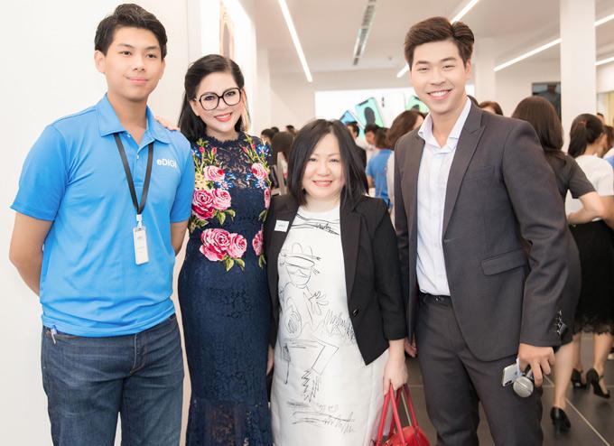 MC Vĩnh Phú (ngoài cùng bên trái) và nhà sản xuất Vietnams Next Top Model Trang Lê (giữa) đến chúc mừng gia đình cựu diễn viên Thủy Tiên thử sức kinh doanh hàng công nghệ.