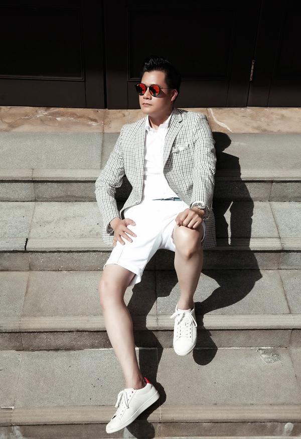 Vốn thích diện vest bảnh bao, nam ca sĩ khiến item này trở nên gần gũi bằng cách kết hợp cùng quần short trắng trẻ trung.