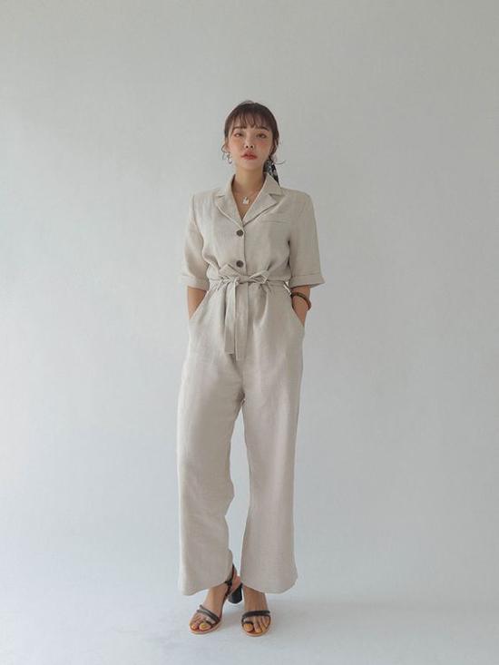 Bộ suit may trên chất liệu vải lô mang lại sự tự do, phóng khoáng cho phái đẹp đến văn phòng.