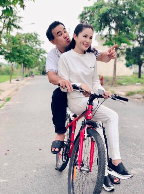 MC Quyền Linh đi dép tổ ong chụp ảnh kỷ niệm 13 năm ngày cưới