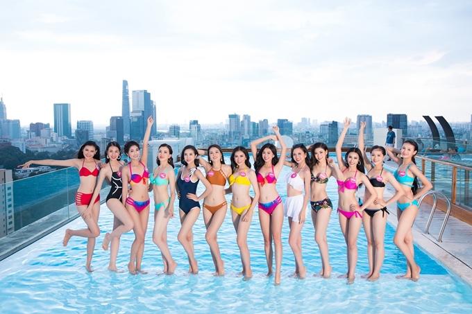 43 thí sinh Hoa hậu Việt Nam đang tập trung tại TP HCM, chuẩn bị cho đêm chung kết toàn quốc vào tối 16/9. Họ tất bật với lịch tập luyện, quay hình. Tranh thủ những lúc rãnh rổi, họ được ban tổ chức tạo điều kiện nghỉ ngơi, thư giãn ở hồ bơi.