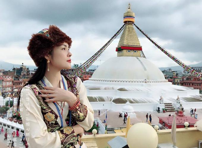 Nữ diễn viên mặc trang phục truyền thống của người vùng Tây Tạng, cảm nhận không khí bình yên, lắng động ở vùng đất Phật.