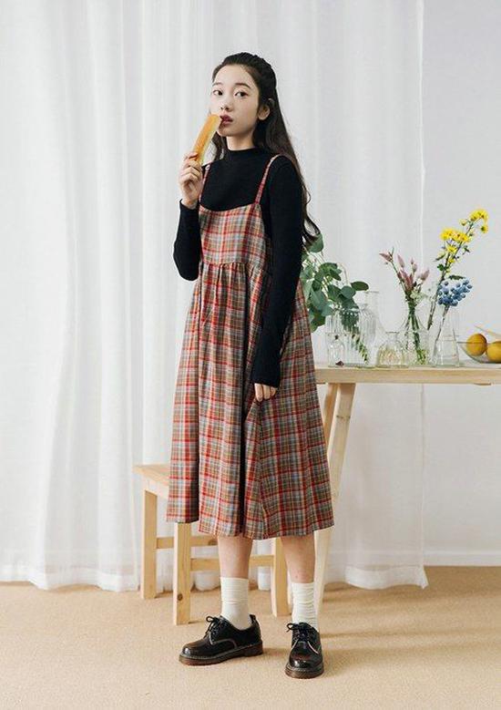 Váy hai dây sexy vẫn có thể lên đồ mùa thu khi bạn gái khéo chọn các kiểu áo dài tay, áo tay lỡ may bằng chất liệu thun dày, vải dệt kim.
