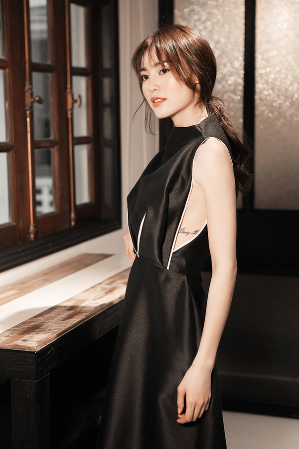 Ngoài các kiểu váy nhún eo hợp mốt, Phương My còn giới thiệu thêm nhiều mẫu váy cut-out tôn nét gợi cảm, váo peplum kết hợp cùng quần ống suông tôn nét sang chảnh.