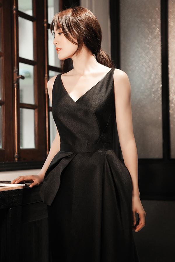 Kiểu dáng váy bất đối xứng đồng điệu với xu hướng ăn mặc thịnh hành của phái đẹp thế giới cũng được nhà mốt Việt áp dụng hiệu quả.