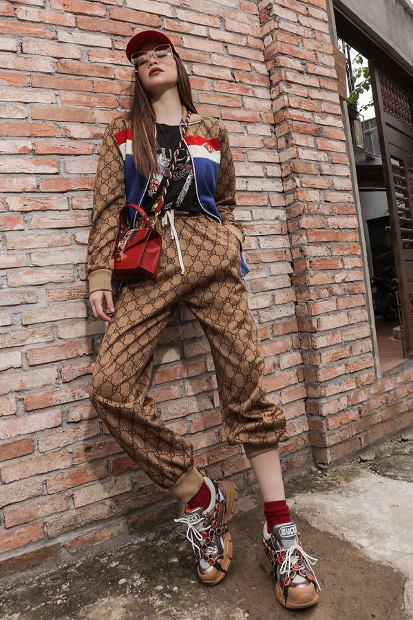 Hồ Ngọc Hà là người đẹp Việt đầu tiên sở hữu mẫu giày cục mịch Flashtrek nằm trong bộ sưu tập mới nhất của Gucci.