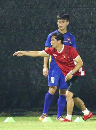 Trợ lý Bae Ji-won hướng dẫn Duy Mạnh và các cầu thủ Việt Nam tập luyệntại Asiad 2018. Ảnh: Nam Anh.