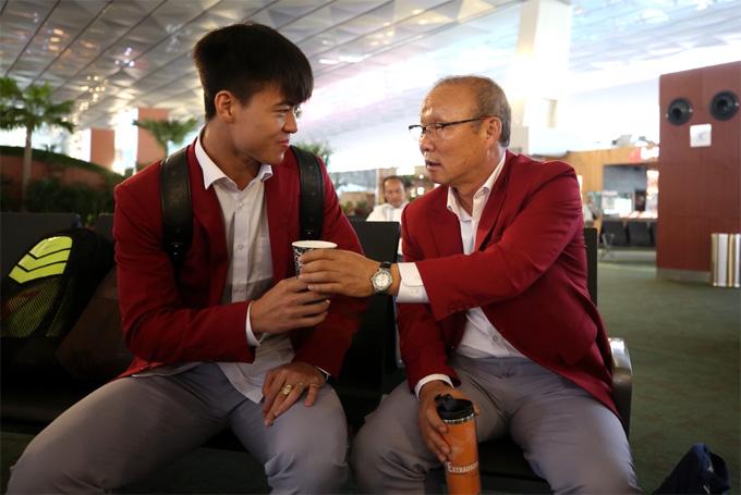 HLV Park Hang-seo rót trà mật ong mời Duy Mạnh khi chuẩn bị lên chuyến bay từ Indonesia về Việt Nam hôm 2/9. Ảnh: Đức Đồng.