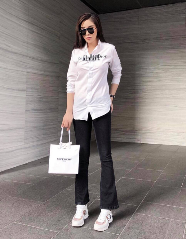 Kỳ Duyên khá trung thành với công thức phối đồ trắng đen theo phong cách menswear.Cô luôn biết cách tạo điểm nhấn mới mẻ bằng phụ kiện hợp mốt.