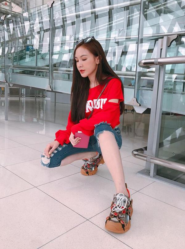 Kelly Nguyễn cũng nhanh tay chọn cho mình mẫu giầy kiểu dáng hầm hố trang trí bắt mắt của Gucci để mix đồ tôn nét cá tính.