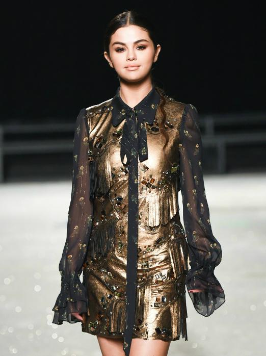 Selena Gomez tự tin sải bước trên sàn diễn với tư cách là nhà thiết kế hợp tác cùng Coach. Bộ sưu tập gồm nhiều sản phẩm như túi và áo của người đẹp vừa được ra mắt vào tháng trước.
