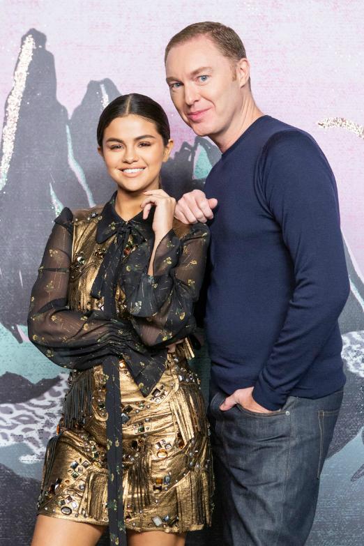 Ngày 11/9, Selena Gomez đã có mặt tại New York để tham dự show diễn của thương hiệu Coach trong khuôn khổ Tuần lễ thời trang Newyork. Cô diện chiếc váy kiểu cách đơn giản nhưng sang trọng, quyến rũ. Người đẹptươi tắn chụp hình cùng nhà thiết kế thời trangCoach - Stuart Vevers.