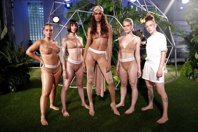 Người mẫu mang bầu diễn nội y cho Rihanna - ảnh 9
