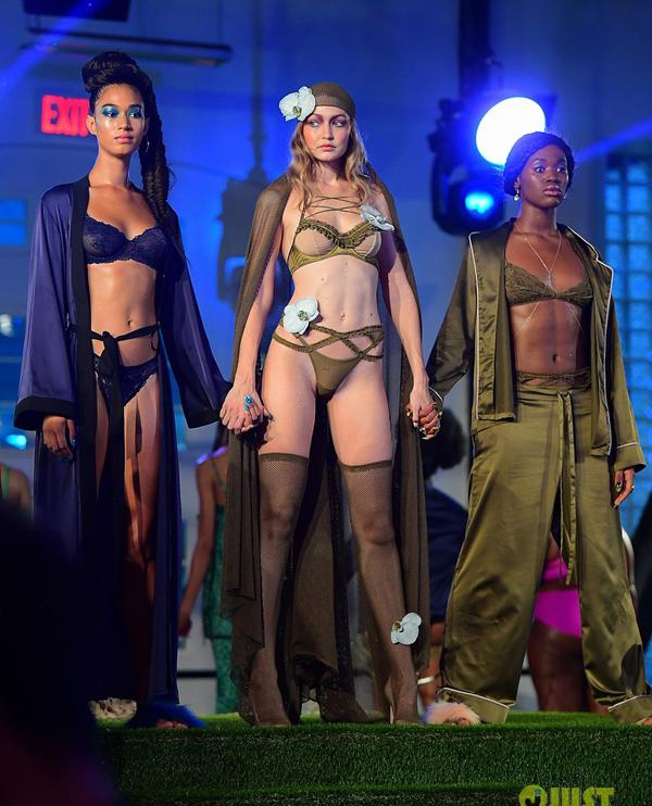Người mẫu mang bầu diễn nội y cho Rihanna - ảnh 4