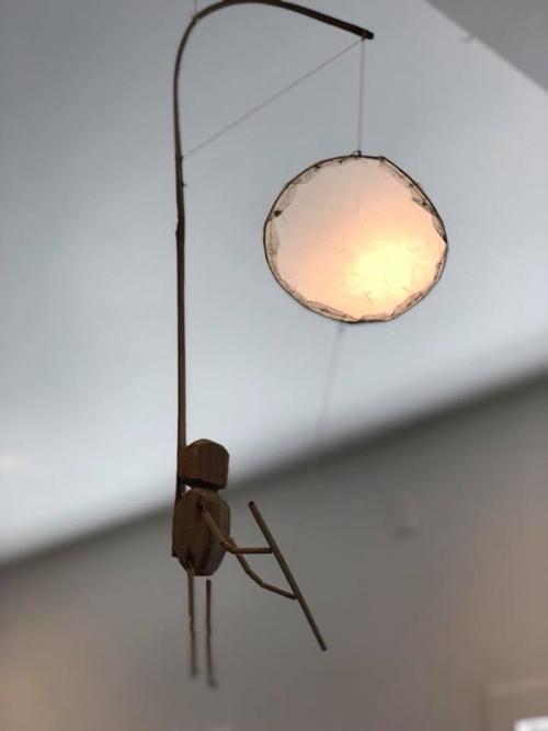 Khước từ lời đề nghị mua đèn từ người bạn của Bằng Lăng nhưng cô chủ quán quyết định tặng một chiếc làm kỷ niệm sau khi nhận ra cựu siêu mẫu. Bà mẹ nổi tiếng tâm sự, đây là món quà ý nghĩa với cô. Bằng Lăng trân trọng treo chiếc đèn ở vị trí dễ thấy để những ai ghé thăm đều có thể chiễm ngưỡng sự đặc biệt của nó.
