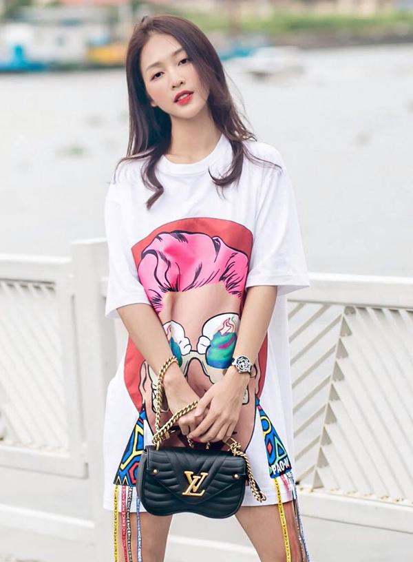 Mẫu túi vừa mới ra lò của Louis Vuitton được Khả Ngân mix cùng váy suông in hoạ tiết pop art kích thích thị giác cao.