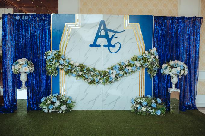 Theo wedding planner, xu hướng trang trí tiệc cưới năm 2018 thiên về phong cách tối giản, sử dụng chất liệu để làm điểm nhấn. Sân khấu và khu vực chụp ảnh đón khách được thiết kế bằng chất liệu marble (vân đá) và tạo khối 3D để làm nổi bật không gian.