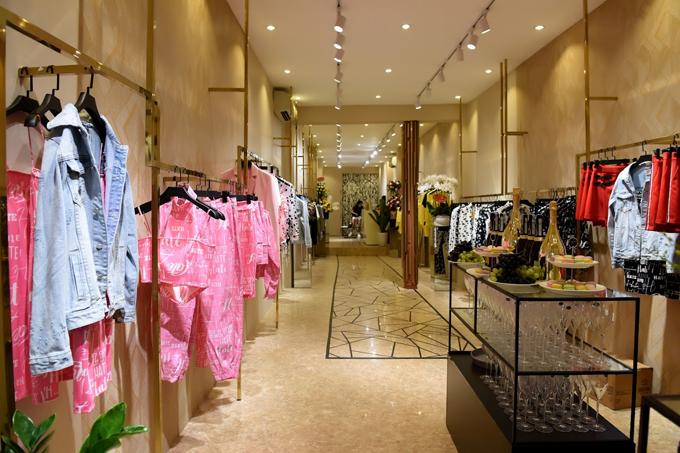 Không gian bên trong cửa hàng HATE London tại 56 Phố Huế thể hiệntinh thần trẻ trung, năng động và cá tính, thời thượng của thương hiệu. Các thiết kếhướng tới sự phá cách với những kiểu dáng quần chun ở ống, quần baggy, những hoạ tiết tim đốm độc đáo.