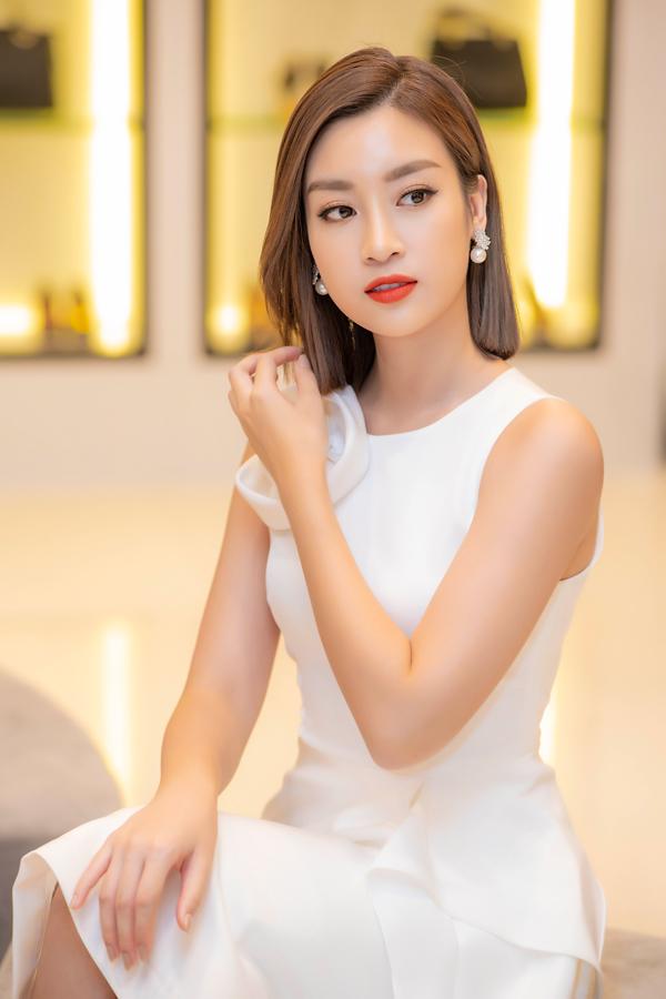 Hoa hậu Đỗ Mỹ Linh vừa hạ cánh xuống sân bay Nội Bài đã vội vàng đến dự event. Từ ngày để tóc ngang vai, người đẹp được khán giả khen ngợi về nhan sắc trẻ trung.