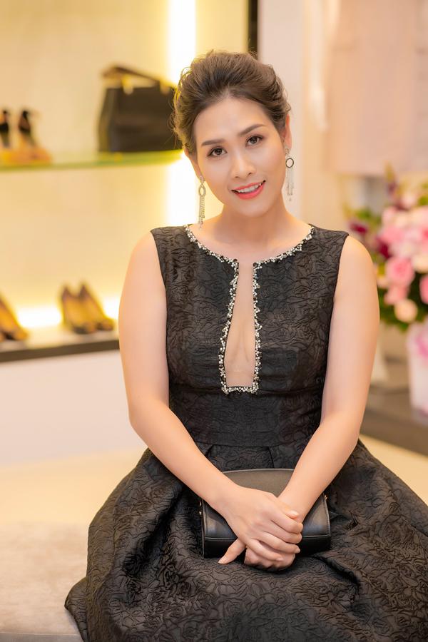 Diễn viên Hà Hương - chị Nguyệt thảo mai - của phim Phía trước là bầu trời chọn đầm đen có đường cut-out táo bạo ở phần ngực.