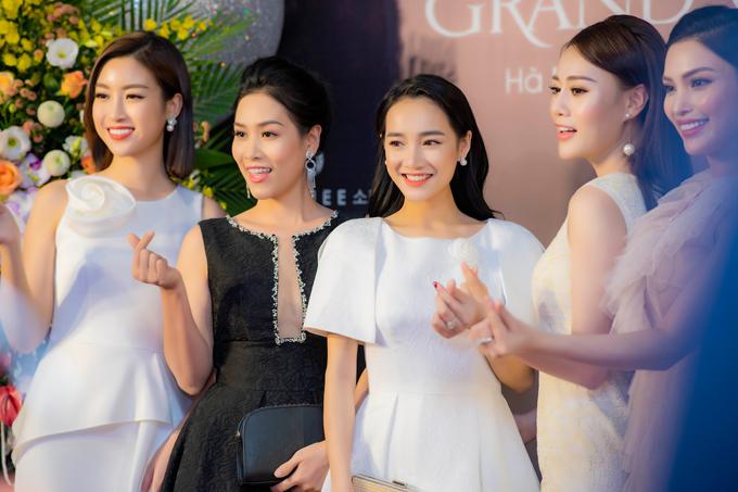 Từ trái sang: Hoa hậu Đỗ Mỹ Linh, diễn viên Hà Hương, Nhã Phương, Phương Oanh, MC Huyền Sâm rạng rỡ chụp ảnh kỷ niệm cùng nhau.