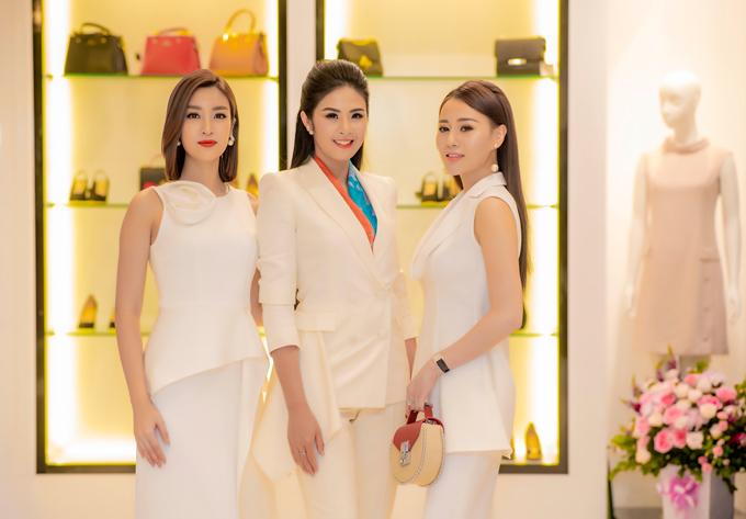 Không hẹn mà gặp, Đỗ Mỹ Linh, Ngọc Hân và Phương Oanh đều ăn mặc đồng điệu với tone trắng.