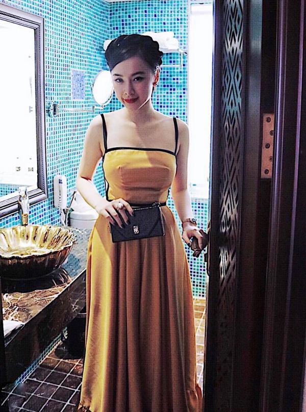 Thời gian gần đây, cùng với các mẫu phụ kiện phom dáng cổ điển, Angela Phương Trinh còn chọn thêm túi nhỏ xinh để phối đồ mỗi khi xuất hiện.