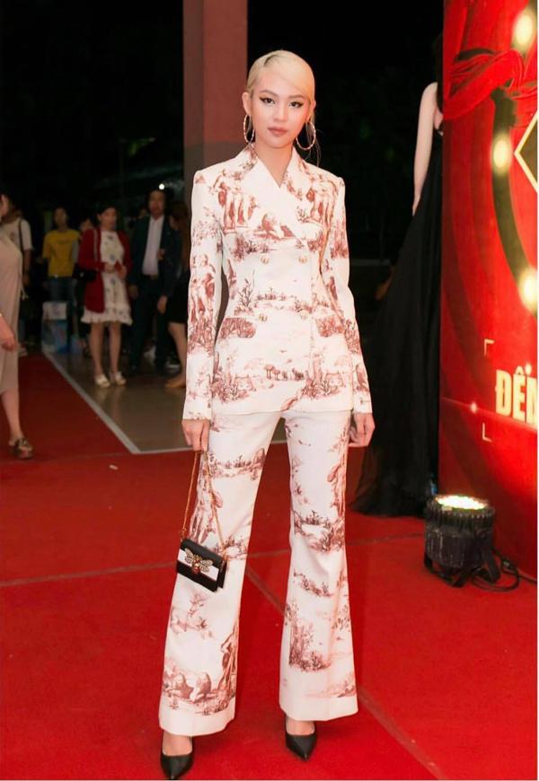Túi mini trang trí hình con ong tinh xảo của Gucci được Phí Phương Anh chọn sử dụng khi diện suit thời thượng.
