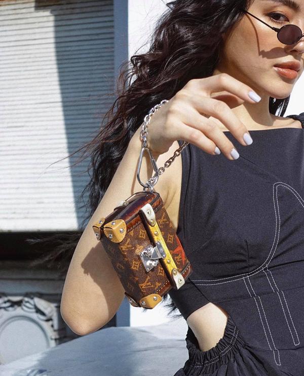 Ở mùa này, các kiểu túi bé xinh của thương hiệu Louis Vuitton được Khánh Linh The Face đặc biệt yêu thích. Cô phối chúng với nhiều kiểu trang phục để tăng sức hút cho phong cách street style.