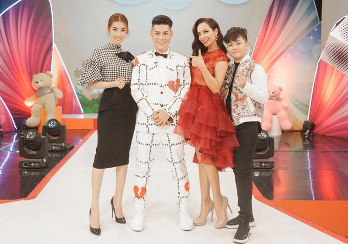 Đạo diễn thời trang Nguyễn Hưng Phúc (thứ hai từ trái qua), cựu người mẫu Thúy Hạnh (váy đỏ) cũng là giám khảo chương trình này. Bé Hoàng Quân (ngoài cùng bên phải) đảm nhiệm vai trò MC.