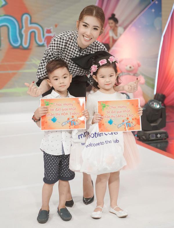 Thúy Ngân chụp ảnh cùng hai bé đoạt giải phụ trong chương trình. Siêu mẫu nhí 2018 dành cho các thí sinh từ 4 đến 8 tuổi. Chương trình phát sóng lúc 19h chủ nhật hàng tuần trên kênh VTV9.