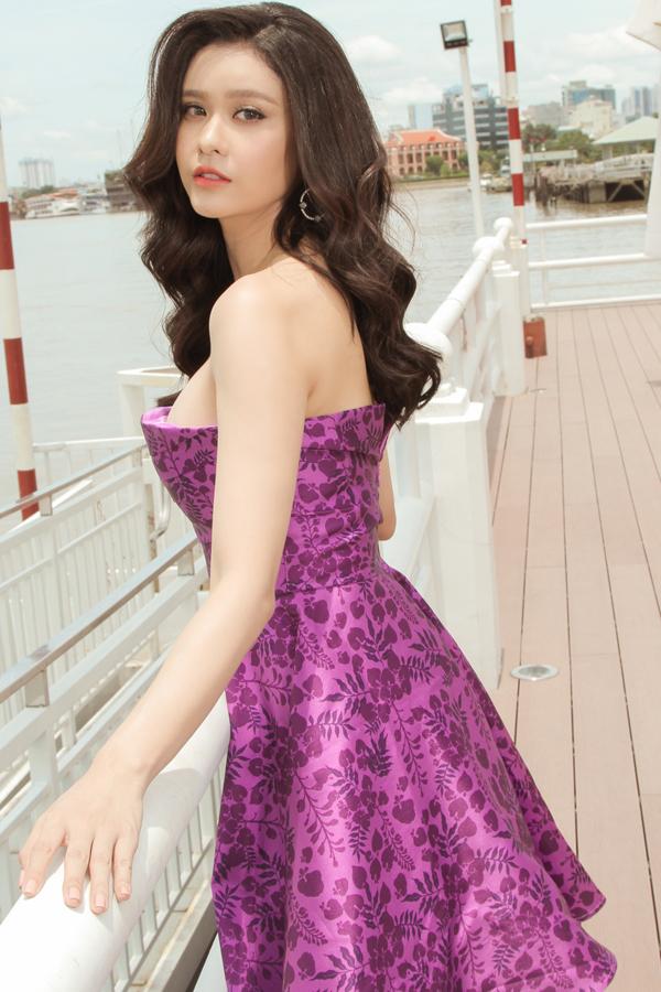 Váy cúp ngực tôn vẻ đẹp gợi cảm được thể hiện cuốn hút qua các kiểu váy xòe, váy mullet dáng dài.