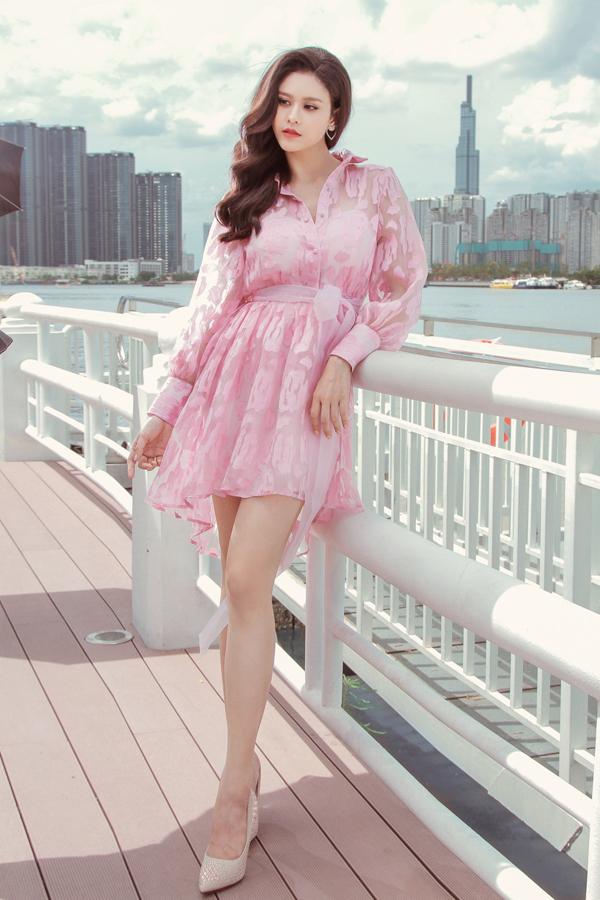 Lối kết hợp ngẫu hứng giữa dáng đầm sơ mi, váy thắt eo, dây lưng vải đã mang tới kiểu váy ngắn độc đáo.
