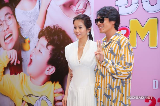Kiều Minh Tuấn ôm eo An Nguy tại buổi ra mắt phim Chú ơi, đừng lấy mẹ con, hôm 22/8.