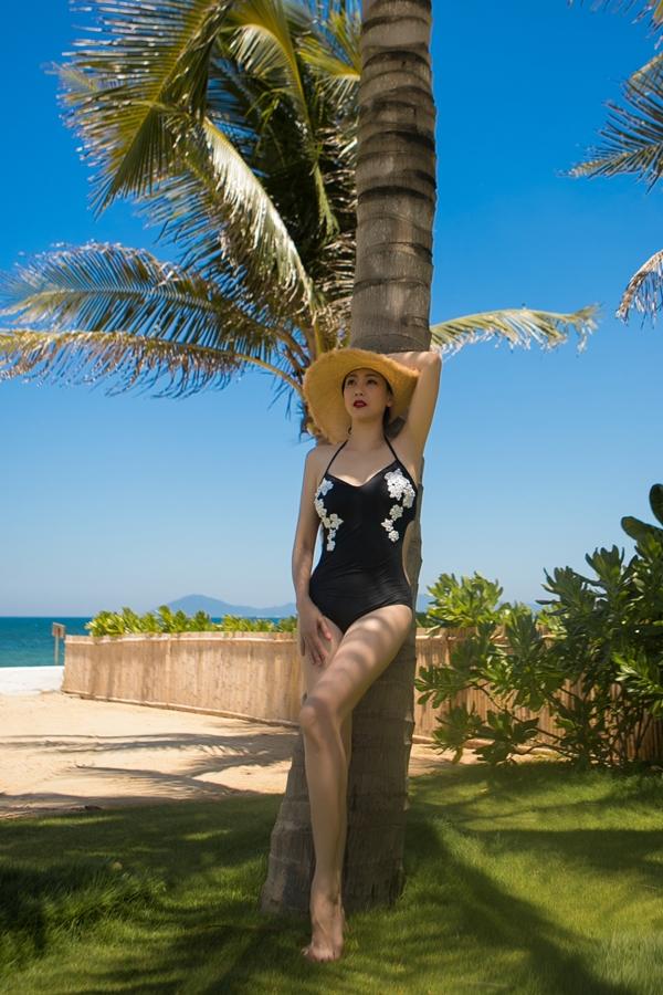 Bà mẹ ba con thích thú với không khí trong lành, mát mẻ của biển Đà Nẵng.