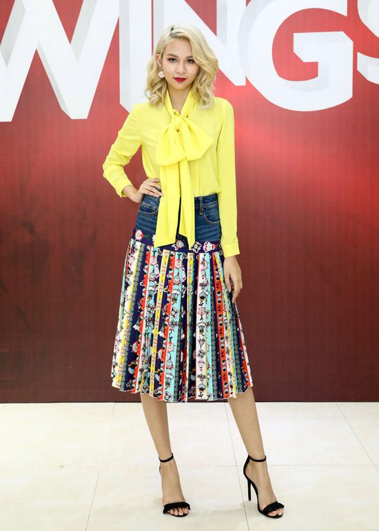 Phí Phương Anh mặc lòe loẹt đi casting tài năng thiết kế thời trang - ảnh 1