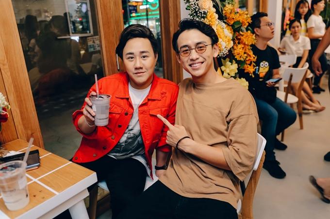 MC Quang Bảo ăn vận giản dị đến chúc mừng Trung Quân. Cả hai thân thiết qua nhiều lần tham gia các sự kiện âm nhạc, chương trình truyền hình.