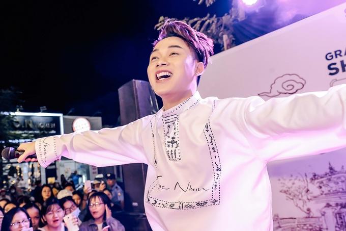 Trúc Nhân vừa xuất hiện liền nhận được đông đảo sự hưởng ứng của các khán giả trẻ. Anh hát tặng ca khúc Thật bất ngờ.