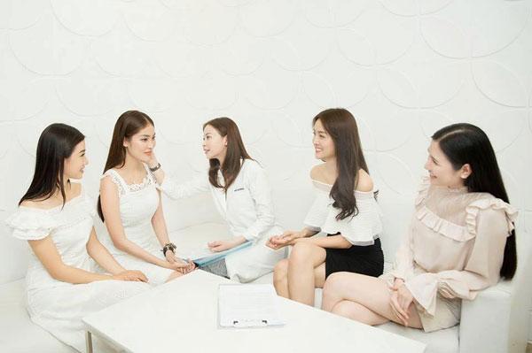 Hoa hậuHải dương (thứ ba, từ trái sang)tư vấn làm đẹp cho Trương Mỹ Nhân và Vũ Hoàng Hiên  hai Áhậu cuộc thi Hoa hậu Siêu quốc gia Việt Nam 2018.