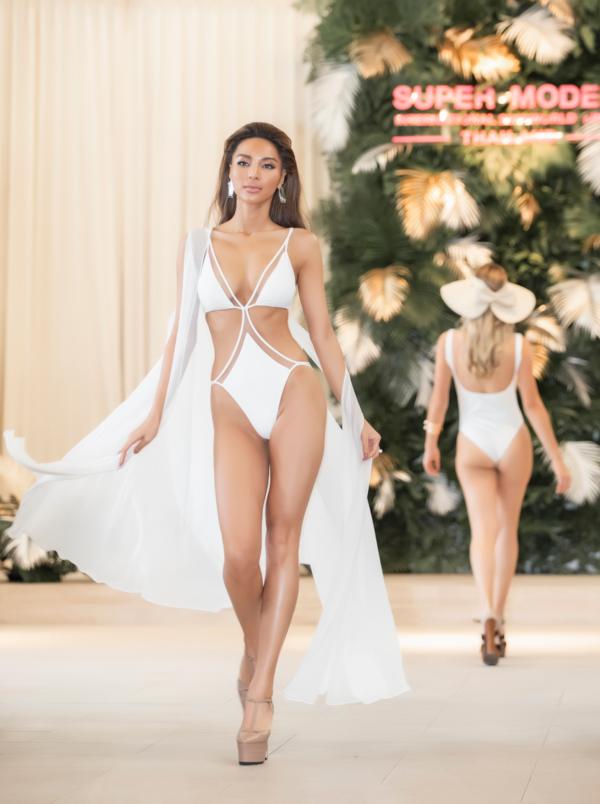 Chung kết Siêu mẫu quốc tế có 3 phần thi áo tắm, đồng diễn và trang phục dạ hội. Ở vòng thi áo tắm, Khả Trang khoe những bước đi catwalk chuyên nghiệp cùng thân hình nóng bỏng.