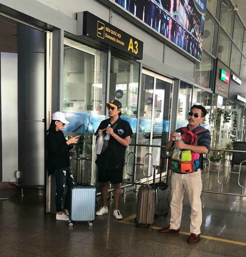 Hình ảnh Cát Phượng (trái) và Kiều Minh Tuấn (giữa) ở sân bay Đà Nẵng được một khán giả chụp được trưa 14/9.