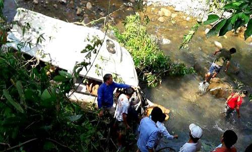 Xe bồn chạy 109 km/h tông xe khách xuống suối, 13 người chết - ảnh 2