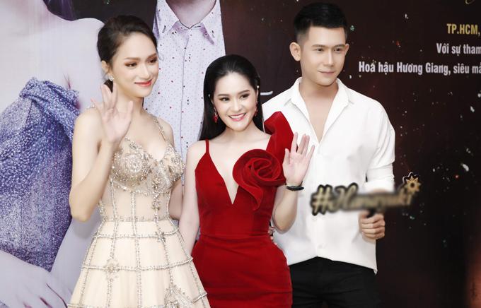 Người mẫu Xuân Hùng (ngoài cùng bên phải) hào hứng khi có dịp ngồi ghế nóng cùng Hương Giang và Di Băng.