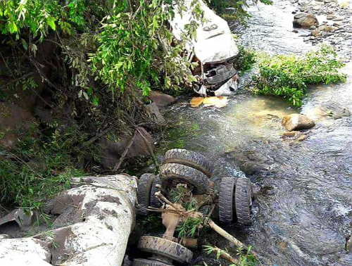 Xe bồn chạy 109 km/h tông xe khách xuống suối, 13 người chết - ảnh 1