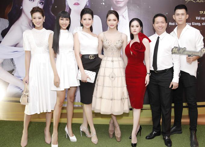 Dàn người đẹp chụp ảnh cùng vợ chồng Di Băng và người mẫu Xuân Hùng.