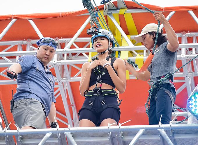 Minh Tú thử thách treo mình ở độ cao 15 mét - ảnh 6
