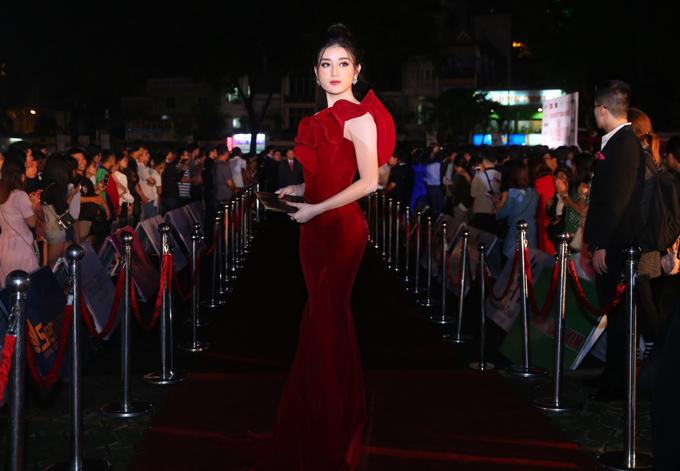 Á hậu Huyền My rực rỡ với váy đỏ, dáng đuôi cá.