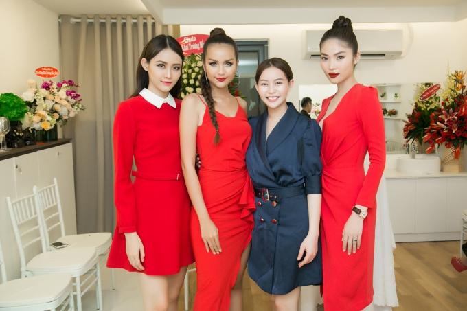 Từ trái qua: Á hậu Trương Mỹ Nhân, Hoa hậu Ngọc Châu, Hoa hậu Hải Dương, Á hậu Bella Hoàng Vũ.